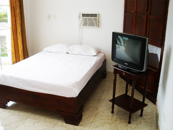 Studio Apartment on the 1st floor - Double Size Bed, TV and AC